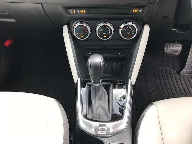 ガソリン車には軽快なスポーツモードスイッチと併せマニュアルモードも装備