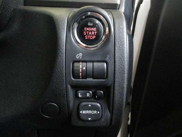 スマートキーシステムはキーをお持ちの方を車がオーナーと判断し、ドアロックの開閉もタッチ&握るだけで☆OK☆ エンジンスタートはブレーキを踏んで押すだけ!スマートですね!!