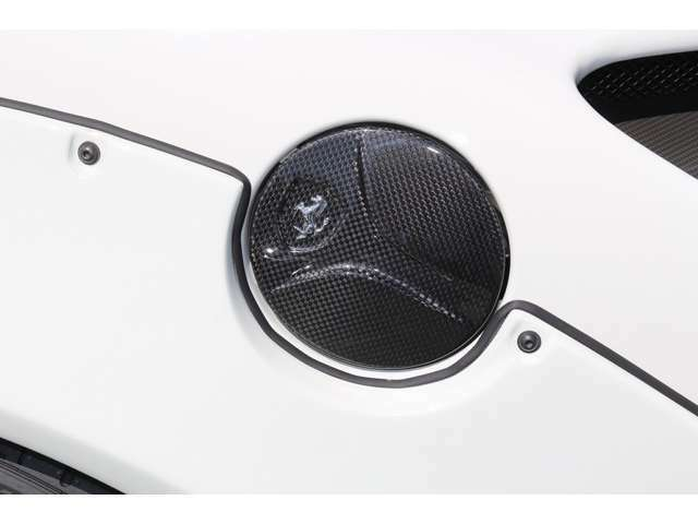 フューエルキャップもカーボン仕様になっておりフェラーリの象徴馬のロゴも入っております。