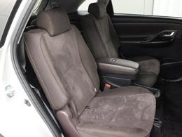 後席に独立したキャプテンシートを採用するとともに、後席にもアームレスト付コンソールボックス・ドアアームレスト・スライド&リクライニング機構を設定し、運転席・助手席と同じパーソナル感を実現しています。