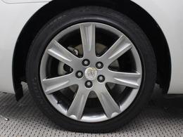 純正アルミホイールは精度が高く、走行の安定性が優れています。タイヤサイズ225/45R18