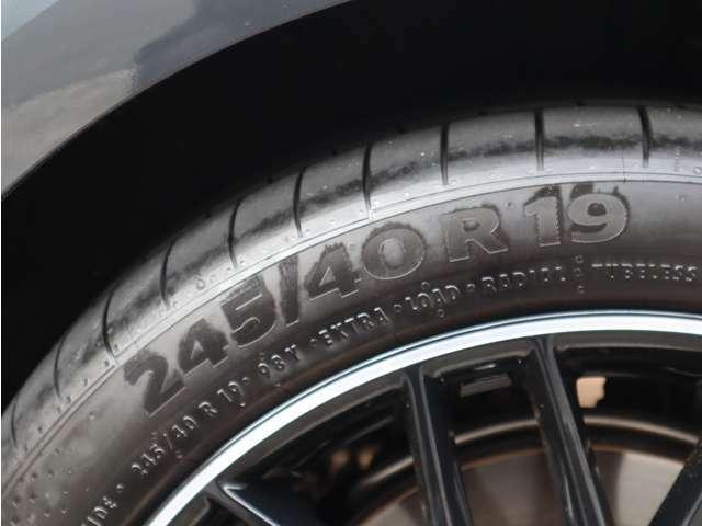 タイヤのサイズは245/40R19です。