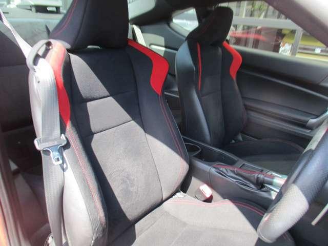 シックなブラック内装 バケットタイプのシートはドライバーをしっかりホールドさせてくれます
