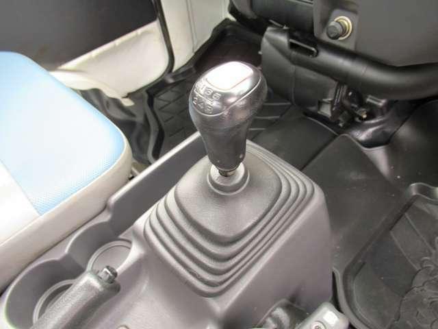 5速マニュアルです!ドライバー自らが1段ずつ手動でギアチェンジしながら運転できるマニュアル車!自分の意思に沿った走りが可能です。是非、走りを楽しんで下さい。運転次第では低燃費にもなります。