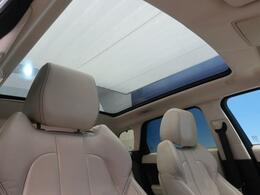 ●パノラミックガラスルーフ(メーカーオプション):大迫力のパノラマルーフは、後部座席にまで続いており、開放的な空間をお楽しみいただけます。