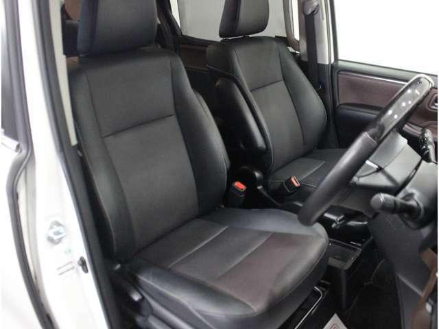 【運転席】ブラックを基調としたインテリアにブラックのレザーシート(合皮※メーカー基準)。シートリフターで座面の高さを調整可能です。シートヒーター・純正フロアマット付です。