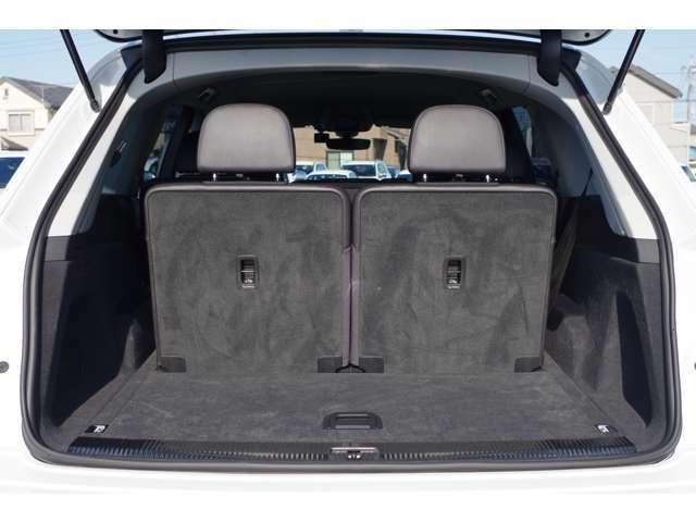 LIBERALAロイヤルコートはボディの艶と強力な撥水性能にこだわり開発されたガラス系コーティングです。一部特殊塗装のお車を除き施行可能ですので、お気軽にお申し付け下さい!