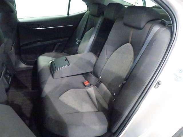 大人3人が並んでもゆったりと座れる広さを確保しています、また十分な前後席距離を確保し後席乗員の膝周りに心地よいゆとりを持たせています。
