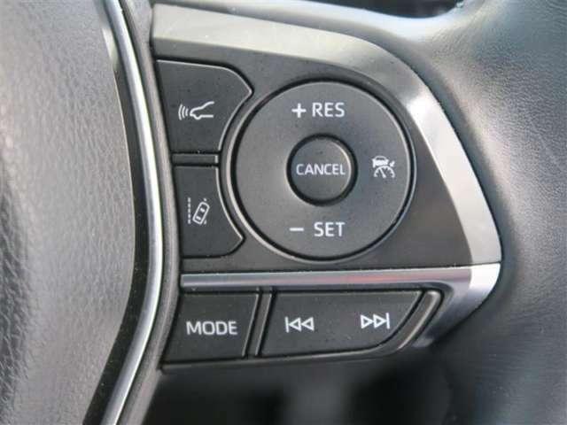 スイッチ操作により、希望の車速(約40-100Km/h)で定速走行することが出来、高速道路などで重宝します。