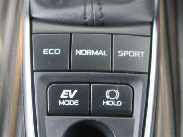 EV・モーターのみを使って走行。エコ・燃費優先の制御。ノーマル・走りと燃費バランスに優れ様々なシーンに適合。スポーツ・加速を鋭くしたりエンジンブレーキを使用し気持ちの良い走りをサポート