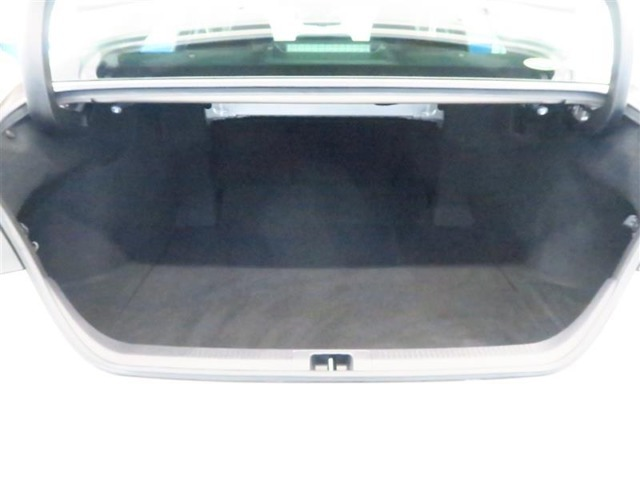 トランクフードを開けると大きな開口部とタップリ収納できるラゲージスペース、荷物の出し入れも楽に行うことが出来ます