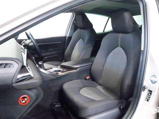 さまざまな運転姿勢に対応し、やさしくフィットする凹面シートや、脚部に自然にフィットするシート前端部などにより、長時間のドライブにおける負担を軽減します。