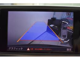 ●リアビューカメラ『入車経路を算出し、ガイドラインと補助線をディスプレイに表示します。同時にバンパーに内蔵のセンサーが障害物を感知し音で注意を促します。後方の死角も安心していただけます。