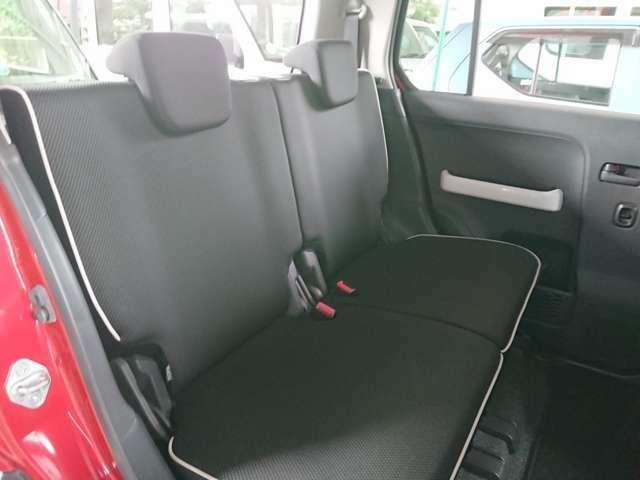 左右のシートが独立して調節できるので、後席でもゆったりと座れます