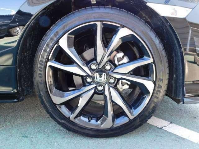 ホンダ純正18インチアルミホイール タイヤサイズは 235/40R18になります。