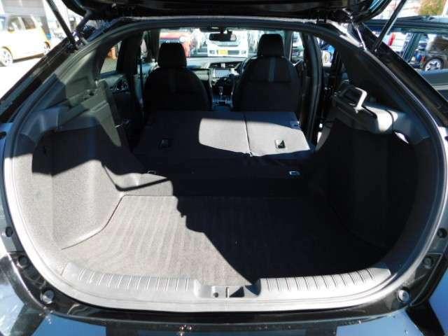 後席シートバックを前方に倒すことでより広いラゲッジスペースをつくることができます。