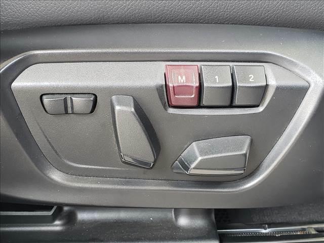 【パワーシート】装備です。電動でシートの位置調整が可能で、シートのメモリー機能も搭載です。