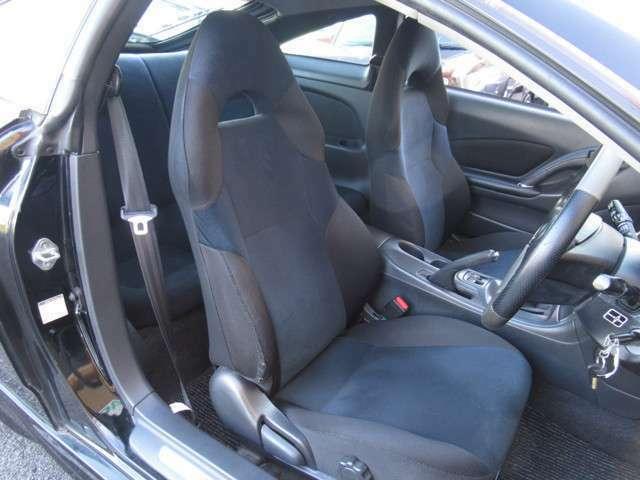 大きな座面と包み込むような背もたれが、ドライバーの身体をしっかり支えます。