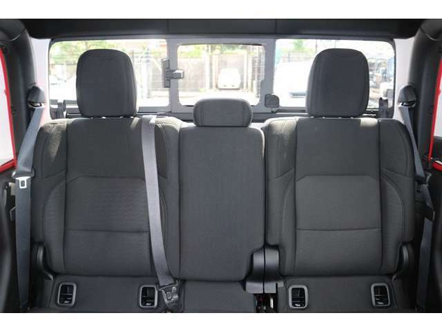 リアシートもフロント同様のシートになっております。後部座席はとてもゆったりお座りいただけます。