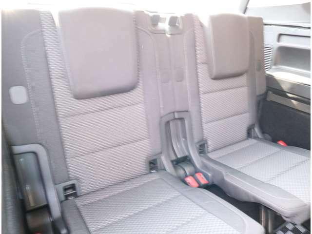 サードシート 座席には全席3点固定式のシートベルトを完備。さらにはカーテンエアバッグを標準装備し、大切な家族の安全を守ります。