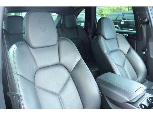 シートはレザーシートです!電動シート、パワーシート、シートヒーター装備しております。ドライバーさんの負担の少ないシート形状になっておりますので、ドライブも快適です!