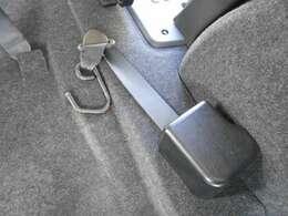 後退防止ベルトになります。ロックを解除し、引っ張り出し取り付けます。