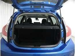 ハッチバックが大きく開き荷物が積みやすいトランク