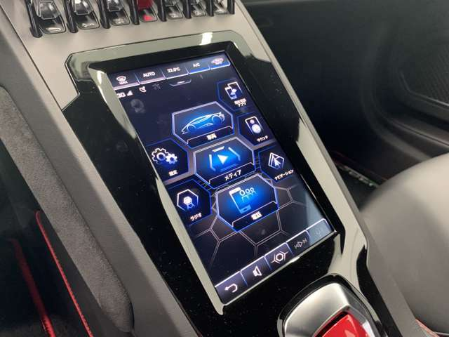 HDDナビ内蔵、インフォテイメントシステム、マルチファンクションステアリングも装備されているので、快適な旅も楽しめる。