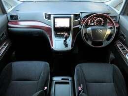 ウッド調パネルなどが使用され高級感のある車内になっております♪内装はブラックを基調としたシックで落ち着いた雰囲気の車内になっております♪パネル類にも目立つキズや汚れ等も無くとてもキレイな状態です♪
