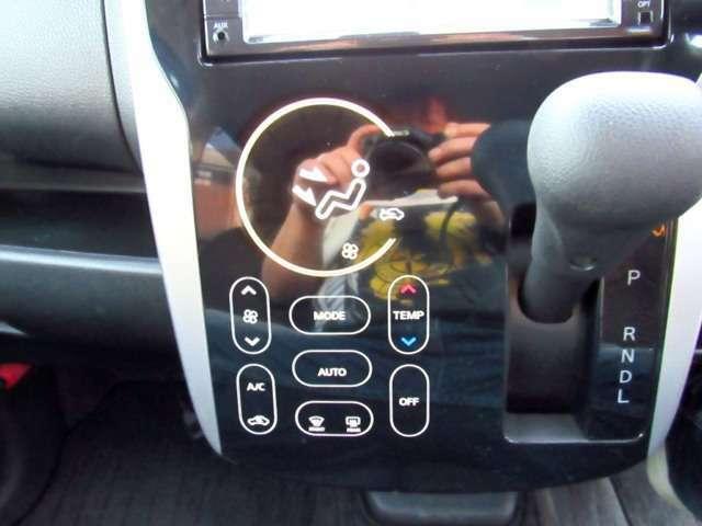 ワンタッチで操作可能なオートエアコン付き!!風量、温度調整が可能です!!
