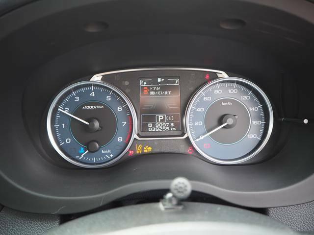 見やすく配置されたスピードメーター