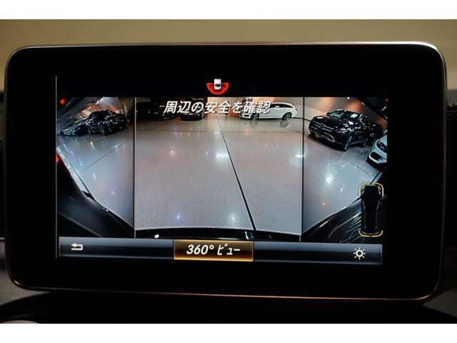 【360度カメラ】リバースに連動して車両後方の映像と360度カメラで映した車両周辺の映像をディスプレイに表示します。歪みの少ないカメラと、鮮明な画像で後退時の運転操作をサポートします。