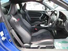 専用インテリア&専用ハーフレザーシート付き♪ 専用スポーツシートでホールド性も高く、ドライブがさらに楽しくなりますね♪