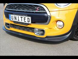 弊社取り付け新品GIGAMOTフロントリップ装備。クーパーSのデザインを崩さずスポーティなデザインへとカスタムできる人気商品となっております。78,000(税別)が車両価格に含まれております!!