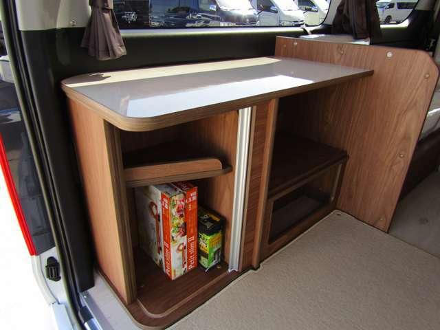 サイド家具には収納スペースを設けています。多彩な収納も魅力♪(じゃばら式扉もアクセント!)
