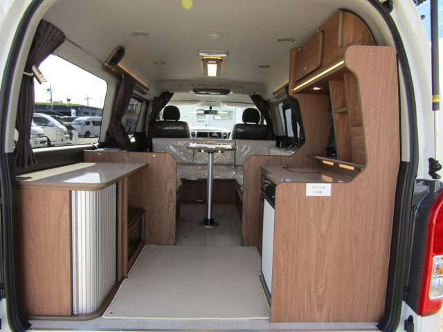 リア部には大きな荷物を収納できるキッチン兼フリースペースをご用意。