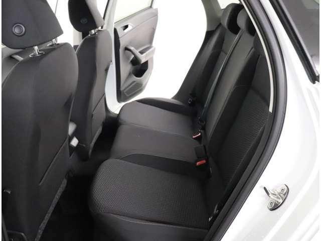 ★コンパクトクラスでも快適な居住空間です。疲れないシートはPOLOの変わらない魅力です。特に後席は頭上や足元が広くなり、乗り降りもしやすくなりました。