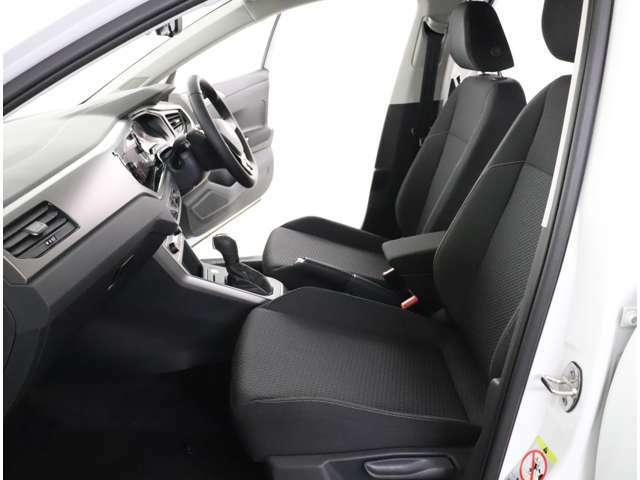 ★運転席、助手席です。合計6個のエアバッグを標準装備。運転席/助手席の「フロントエアバック」、前席の「サイドエアバッグ」、サイドウィンドー全体を覆う「カーテンエアバッグ]などが装備されております。