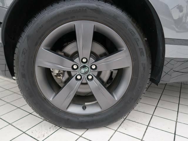19インチ5スプリットスポークホイール装備!力強さと重厚感を感じさせる立体感のあるスポーク、車体全体のバランスを考慮した洗練されたデザイン性で●の魅力を際立たせます!