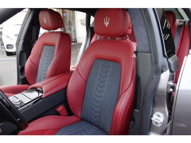 運転席・赤革ハーフレザーシート・メモリー付きパワーシート・シートヒーター。