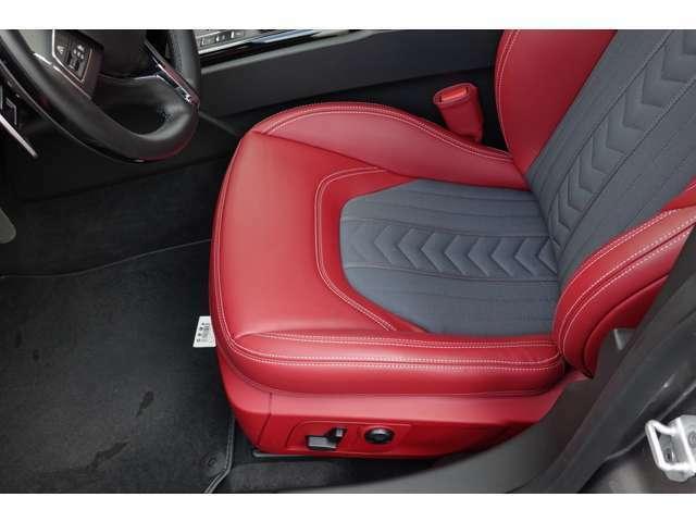 赤革ハーフレザーシート・メモリー付きパワーシート・シートヒーター。