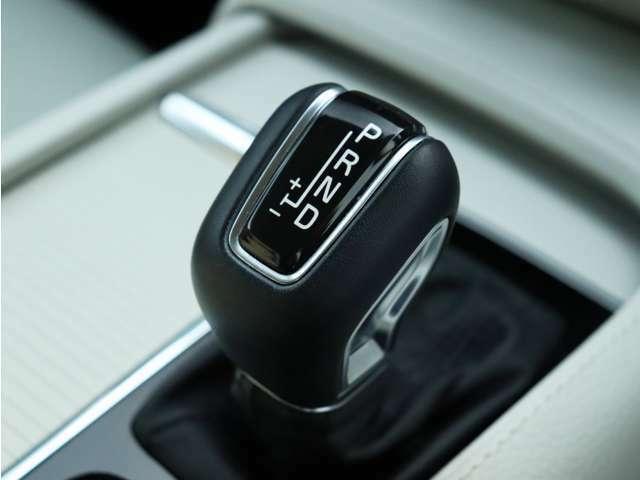 【シフトノブ】加減速を自在に操ることが可能なマニュアルモード付8速AT。リニアなレスポンスにより、急な下り坂などのエンジンブレーキや、時にはスポーティなドライビングもお楽しみいただくことが可能です。