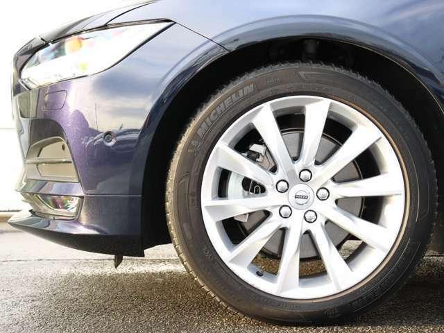 ボルボ純正18インチ「Turbine」シルバーブライトアルミホイール。勿論インテリセーフ標準装備により、歩行者検知機能付フルオートブレーキをはじめとする革新的安全装置を標準搭載。