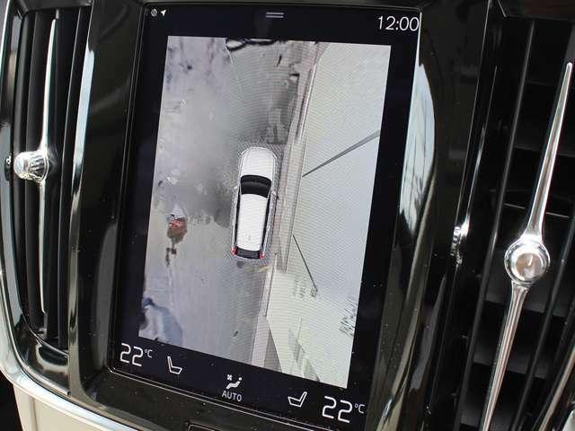 【360度カメラ】4方向に設置されたカメラ&センサーにより映像を3D化。車両を上空から見下ろしたような画像で障害物との接触を未然に防ぎ、不慣れな場所での駐車でも動作を快適にサポートしてくれます。