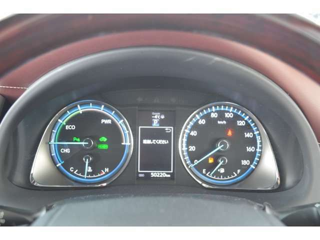 スポーティーなメーターと、運転操作を視覚化して表示するマルチインフォメーションディスプレイです