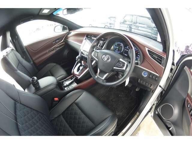 電動式の運転席シートリフター&チルトステアリングで、自分サイズにあわせてドライビングポジションが調整できます