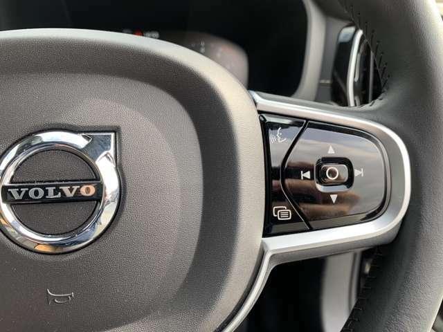 ボイスコントロールでハンドルを握った状態でもメディアやnavi設定が可能。トラックや音量の変更もステアリンに搭載されたボタンで操作できるのでハンドルから手を放さずより安全なドライブを!