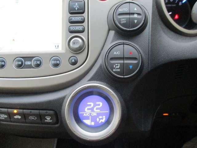 """☆オートエアコン☆""""室内はいつも快適空間""""オートエアコンです。温度設定さえしておけば、風向きから風量まで自動調節ですよ!!"""