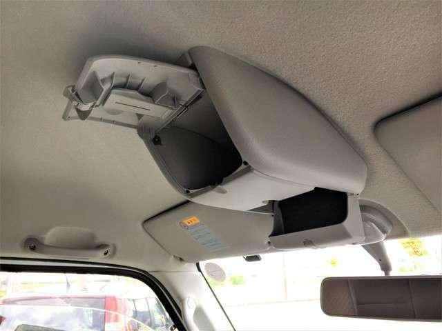 頭上にちょっとした小物入れもあります。駐車券など入れておくのに便利ですよね♪