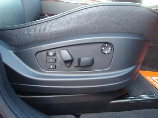 革シートは 前席電動・シートヒーター付です。